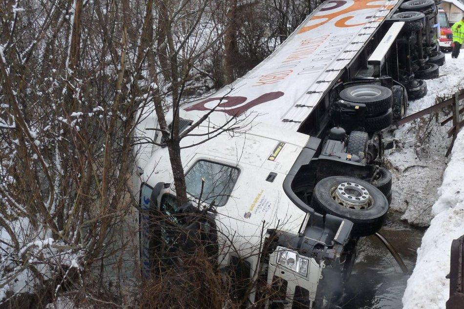 Nehoda v Považskobystrickom okrese: Kamión v potoku!