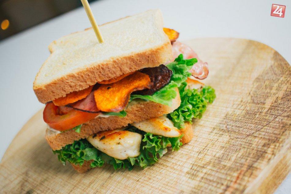 Club Sandwich s batátovými čipsami