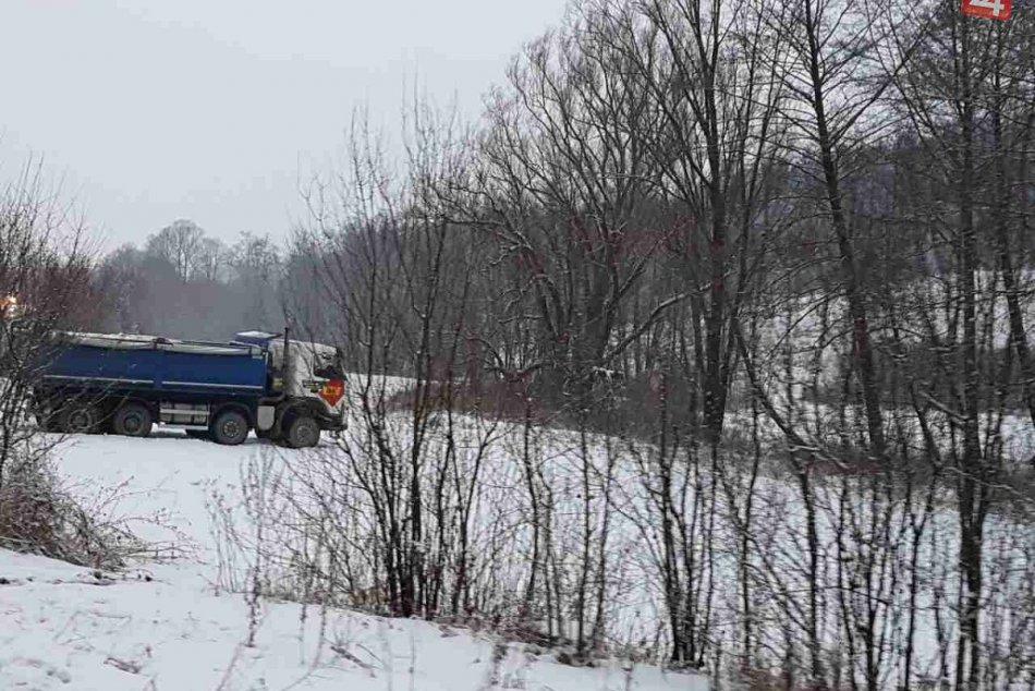 Nehoda neďaleko Považskej: Poškodený autobus a nákladiak mimo cesty!