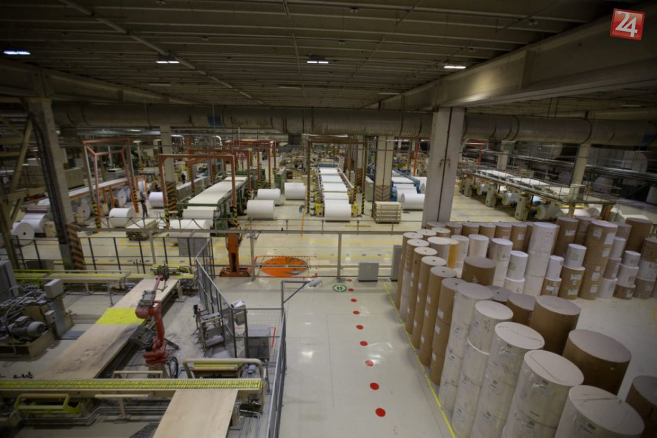 A. Kiska si v Ružomberku prezrel najväčší papierenský stroj na Slovensku