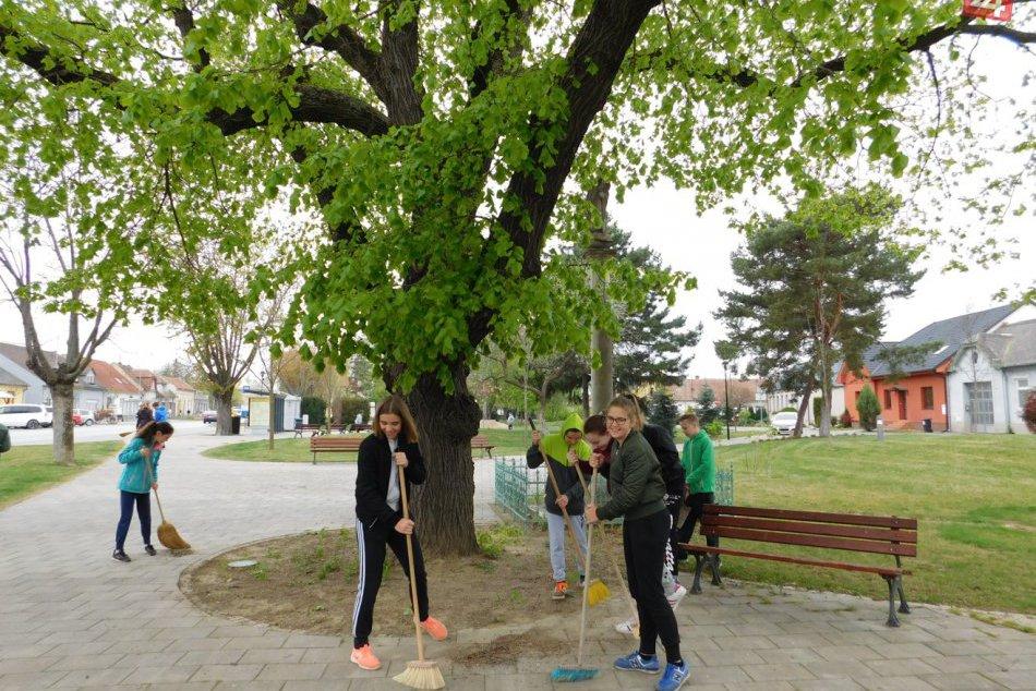 Fotogaléria: Leopoldovský žiaci čistili mesto