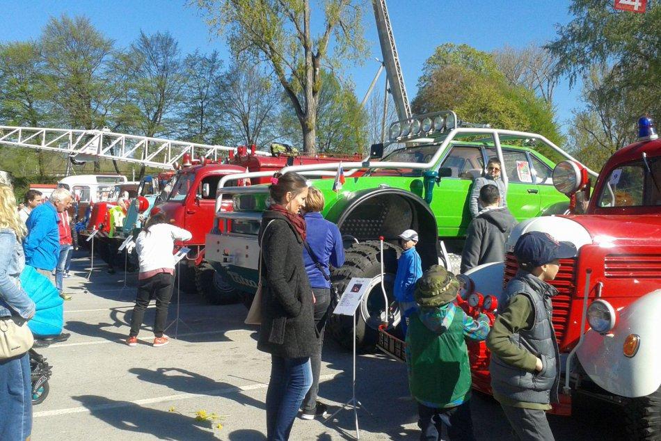 V OBRAZOCH: Bystrické parkovisko zaplnili parádne retro stroje
