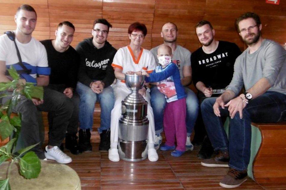 V OBRAZOCH: Bystrickí hokejisti potešili choré detičky