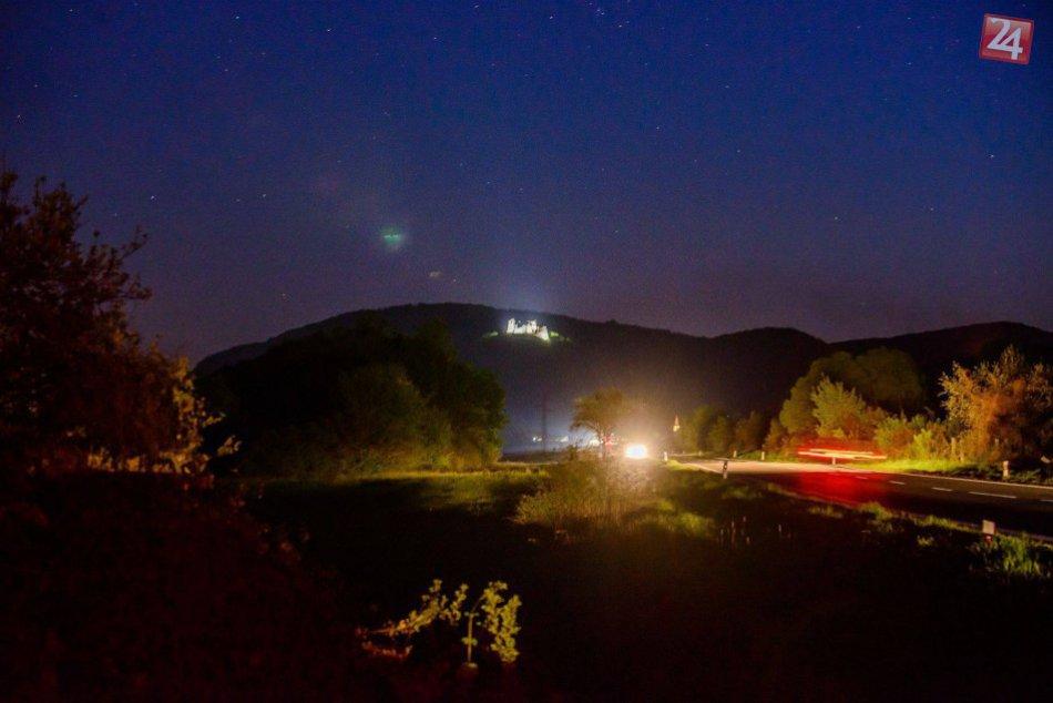 V žiari reflektorov: Vychutnajte si krásne pohľady na svietiaci Brekovský hrad!