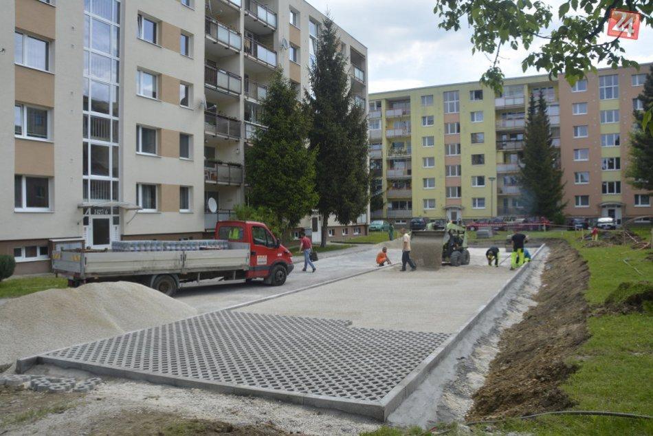 Nové parkovacie miesta v Považskej: Výstavba na Strede a Hlinách
