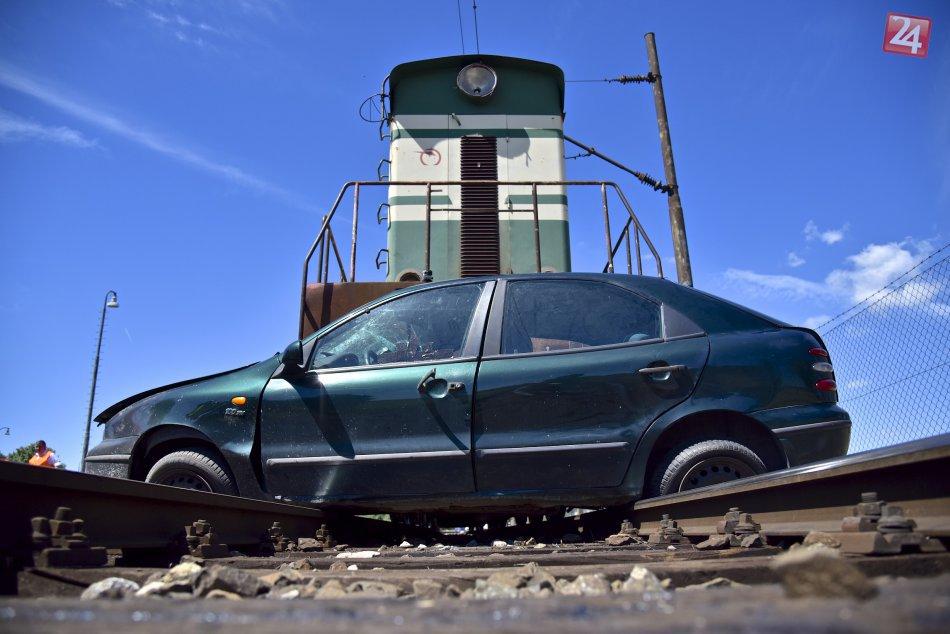 Simulovaná zrážka auta s vlakom