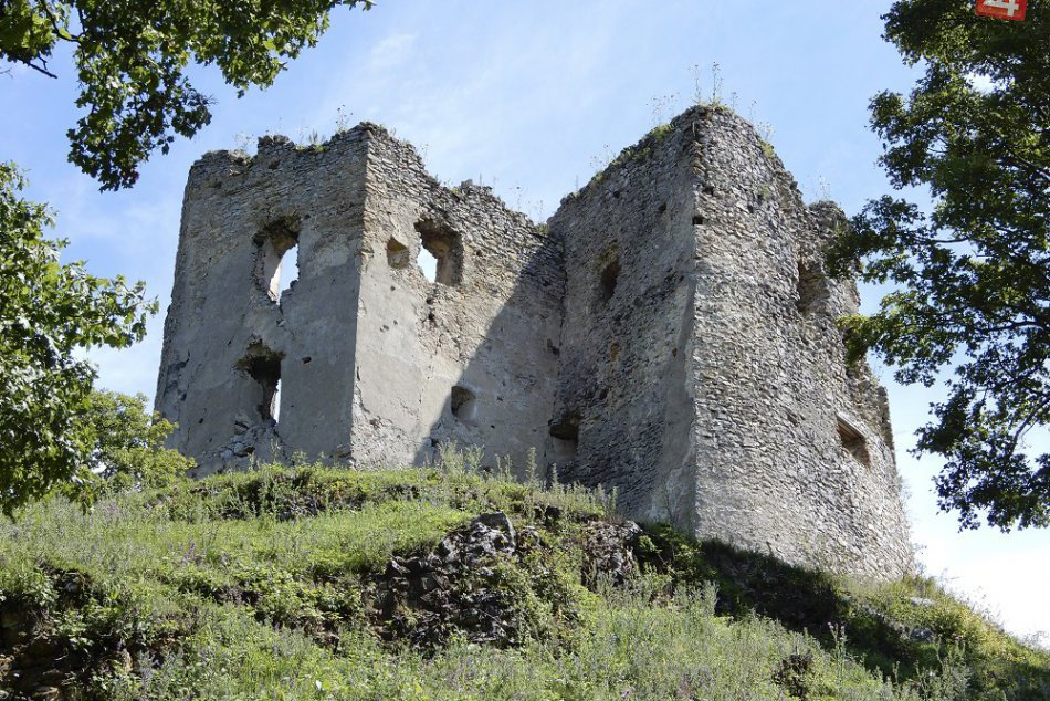 Obnova Brekovského hradu? Pomáhajú aj dobrovoľníci z rôznych kútov sveta, FOTO