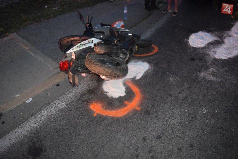 FOTO: V Hlohovci došlo k dopravnej nehode osobného auta a mladej motocyklistky