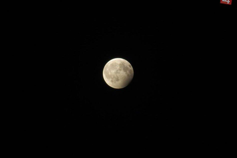 Unikátne FOTO z čiastočného zatmenia Mesiaca nad Nitrou