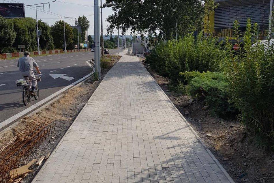 V OBRAZOCH: Pri bystrickej autobuske vznikol nový chodník