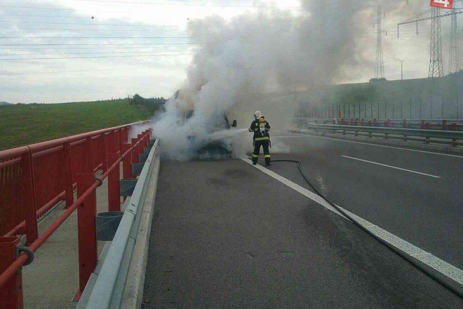 Hasiči z Považskej v akcii: Horelo vozidlo na diaľnici