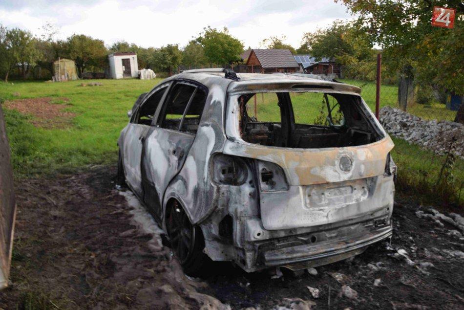V OBRAZOCH: Požiar auta v Badíne vyšetruje polícia. Pozrite si zábery z miesta