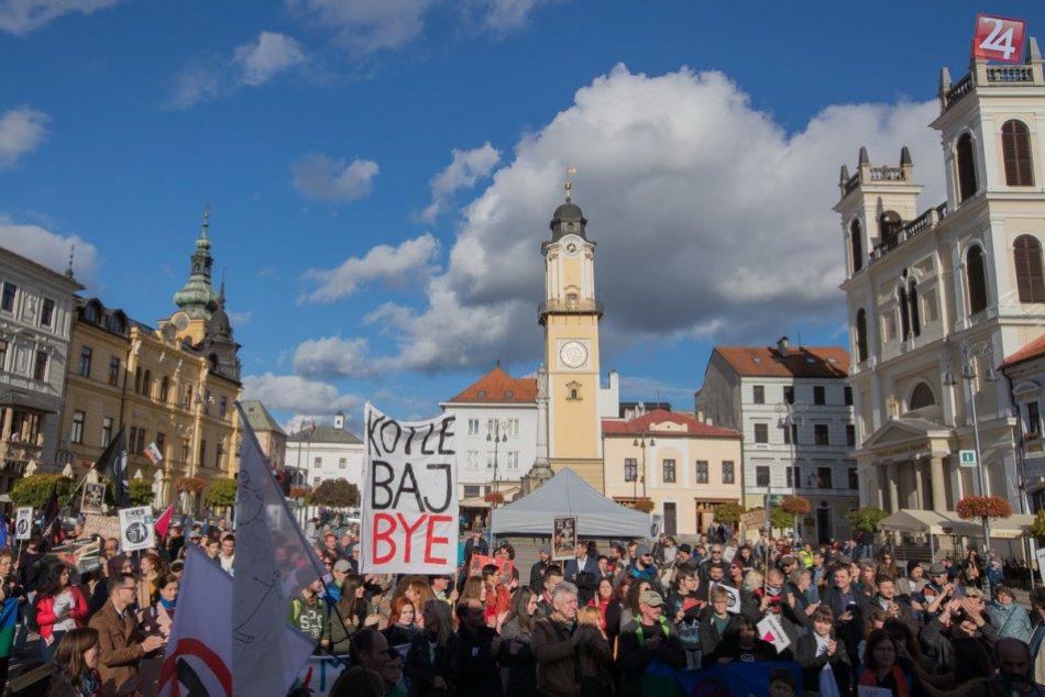 FOTO: Protifašistický pochod v Banskej Bystrici, do ulíc vyšli stovky ľudí