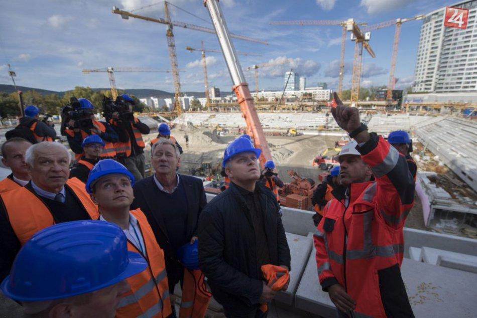 FOTO: Premiér Robert Fico si bol pozrieť výstavbu Národného futbalového štadióna