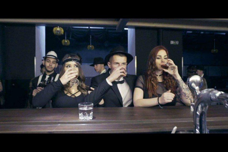 V OBRAZOCH: Bystrickí maturanti natočili vydarené video v mafiánskom štýle