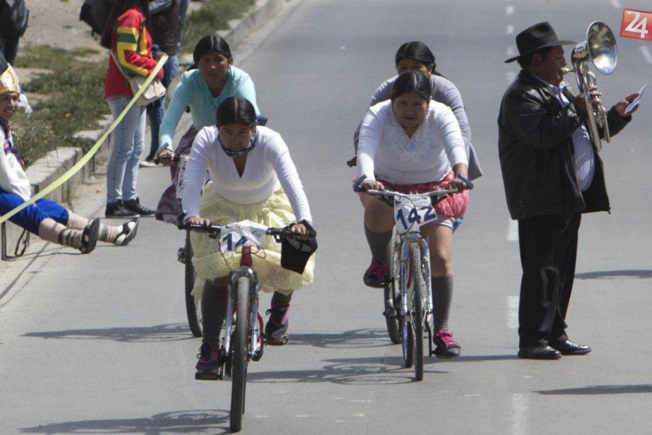 V Bolívii si domorodé ženy užili netradičné bicyklové preteky