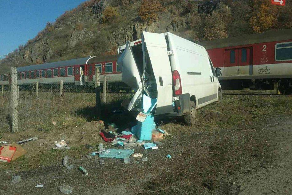 FOTO: V Tlmačoch sa zrazil rýchlik s asi 500 cestujúcimi s dodávkou