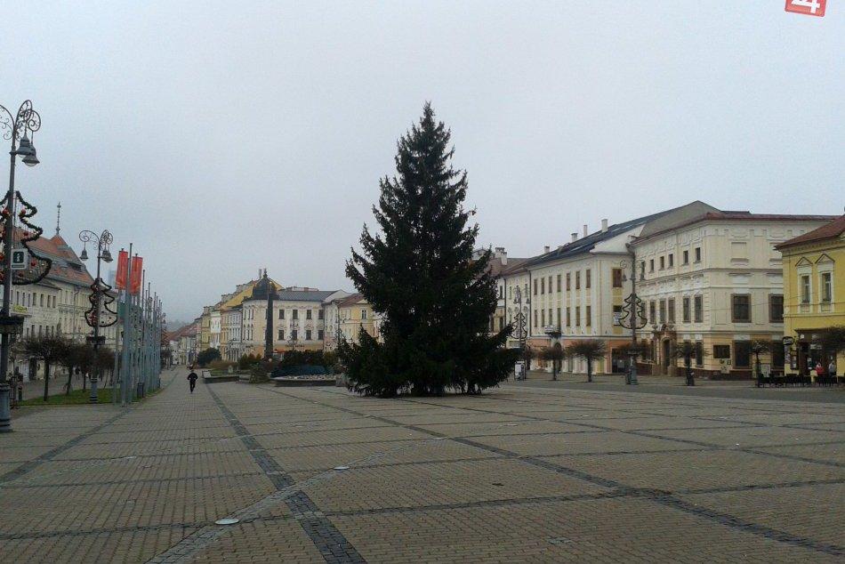V OBRAZOCH: Je vysoký a nádherný. Vianočný stromček na bystrickom námestí
