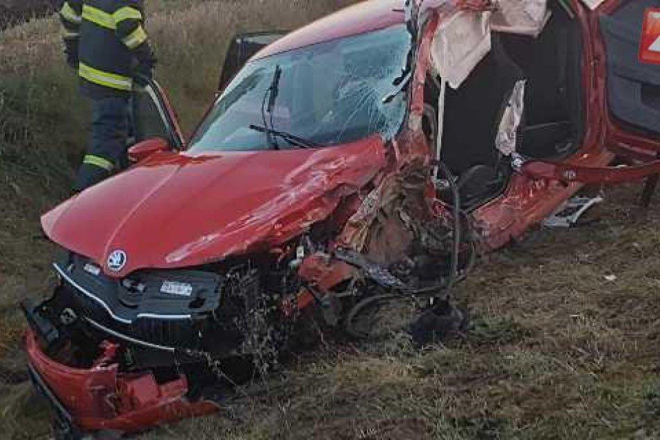 V OBRAZOCH: Tragická zrážka kamióna s osobným autom neďaleko Revúcej