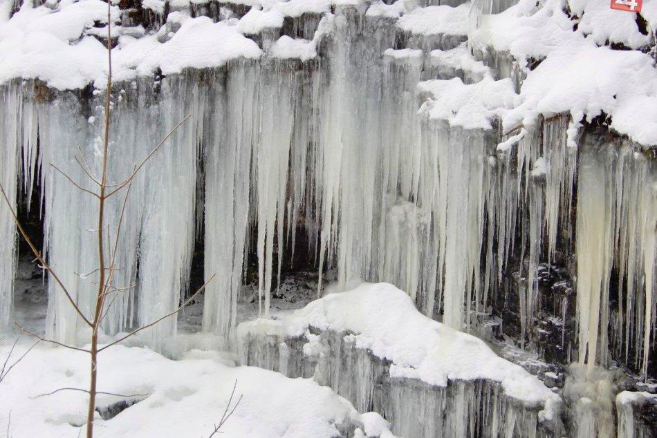 Poblíž cesty sa tvorí ľadopád, obdivujú ho domáci i turisti