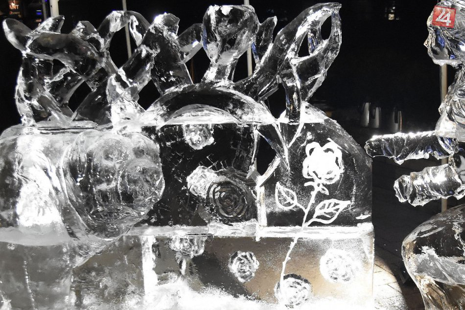 FOTOGALÉRIA: Umelci sa v našom meste postarali o výrobu ľadových sôch