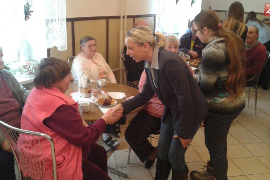 Žiaci z Považskej spríjemnili Vianoce seniorom: Zábery z návštevy