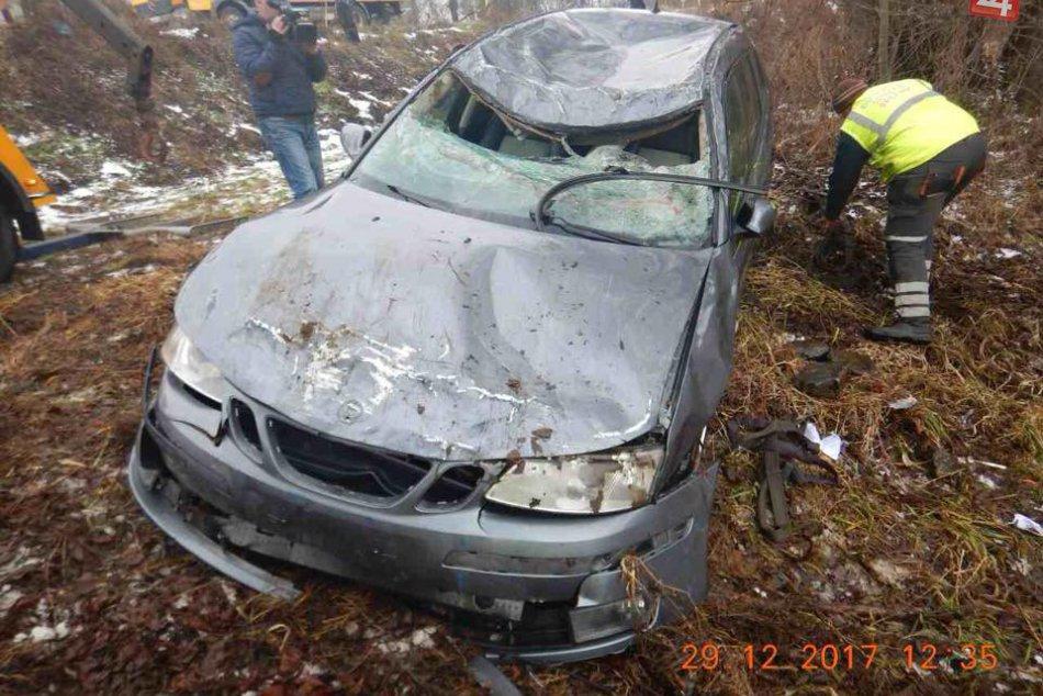 FOTO: Pri Brezne sa zrútilo auto s  malými deťmi do Hrona!