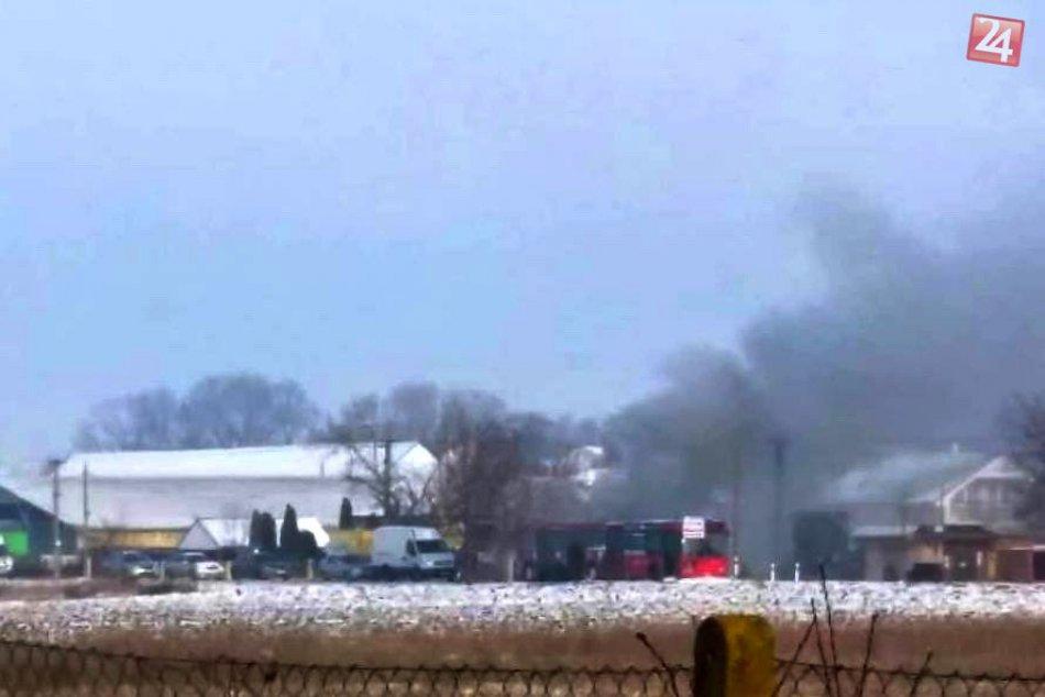 V Janíkovciach začal horieť autobus: Požiar sa šíril z motorovej časti, FOTO