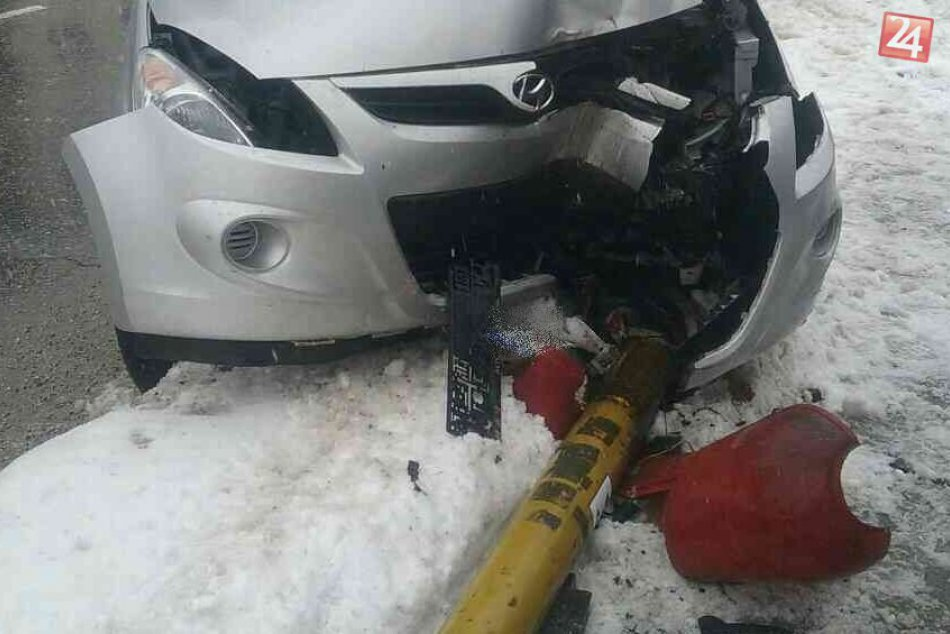 Zábery z nehody v Považskej: Auto na SNP nárazom vyvrátilo stĺp