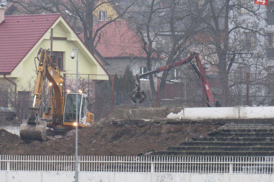To treba vidieť: Takto vyzerajú búracie práce na prešovskom futbalovom štadióne