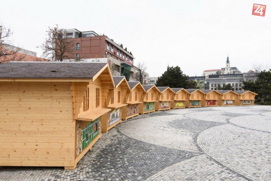 FOTO: Mesto uvažuje o celoročnom využití stánkov na nitrianskom námestí