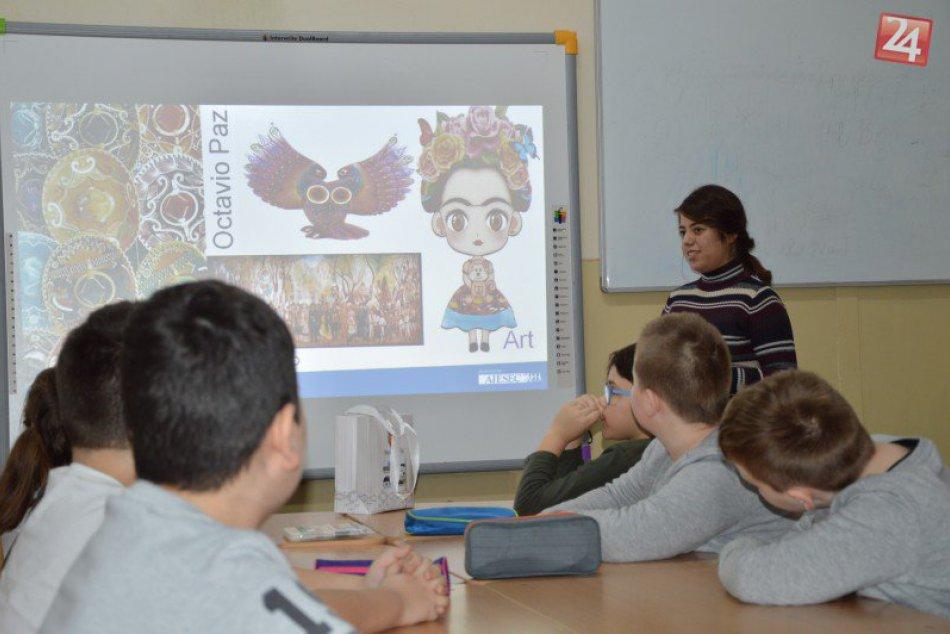 FOTO: V Šali učili zahraniční učitelia, priblížili žiakom aj svoj rodný kraj