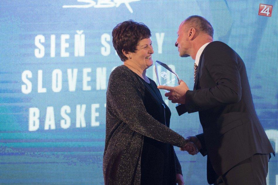 Ľudmila Pěčová - Chmelíková v Sieni slávy Slovenskej basketbalovej asociácie