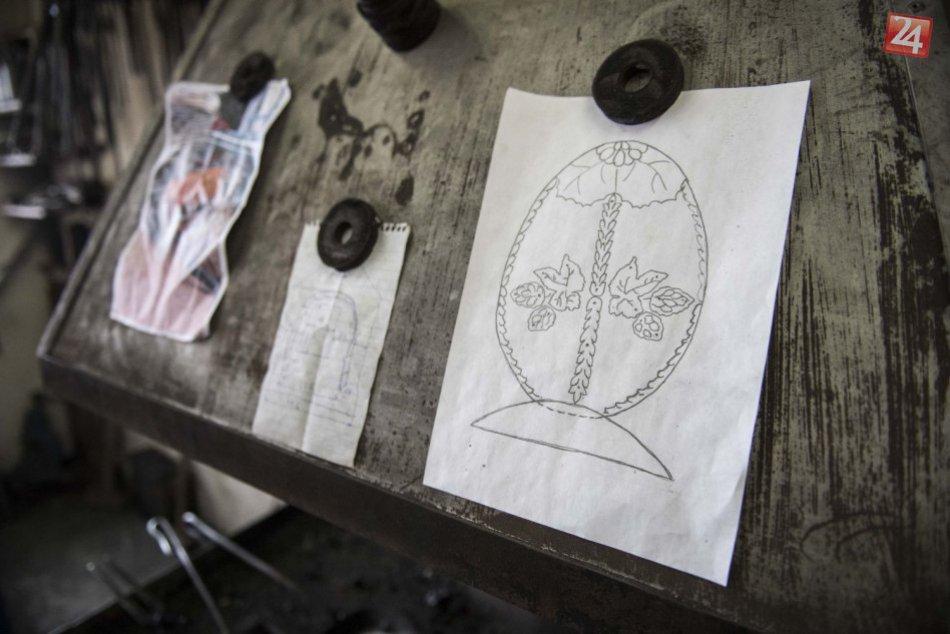 Umelecký kováč zo Slovenska tvorí pre pápeža veľkonočný dar