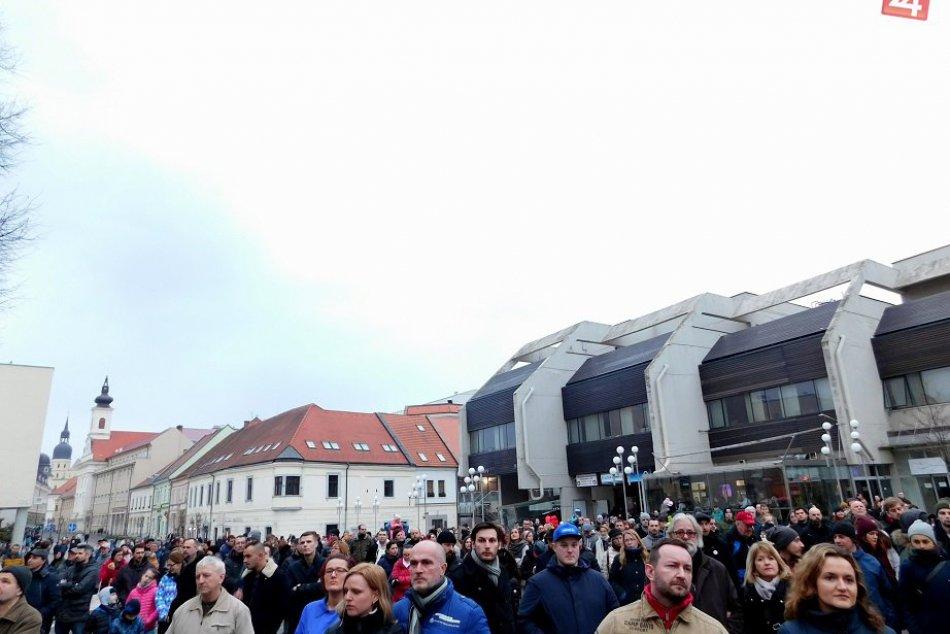 OBRAZOM: Protest za slušné Slovensko odštartovalo aj na Trojičnom námestí v Trna