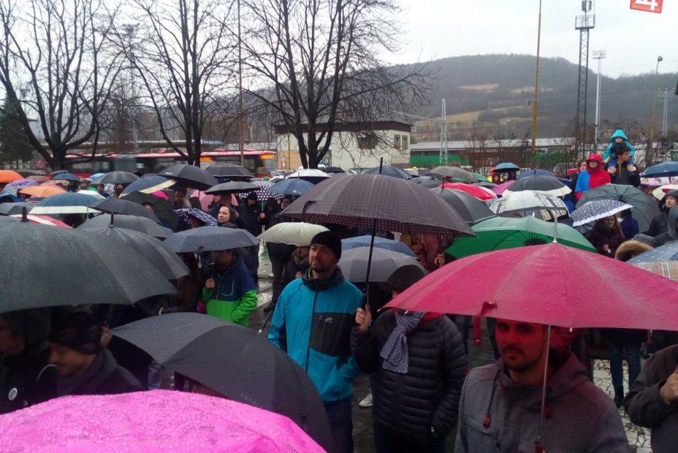 Dav v Považskej Bystrici na fotkách: Protestná akcia pritiahla ľudí