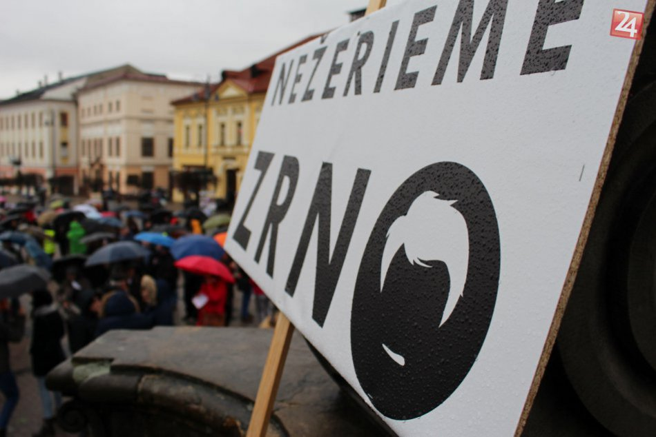 V OBRAZOCH: Bystričania s dáždnikmi a transparentmi zaplnili námestie