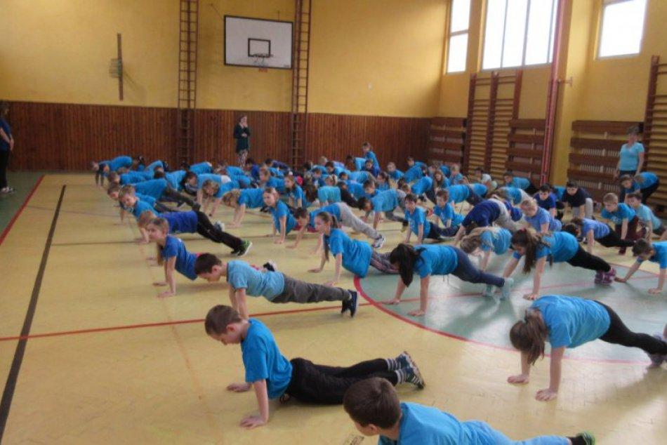 V OBRAZOCH: Revúcki školáci spoločne cvičili jogu