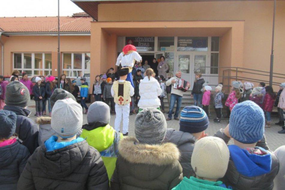 V OBRAZOCH: Vynášanie Moreny na ZŠ Hviezdoslavova