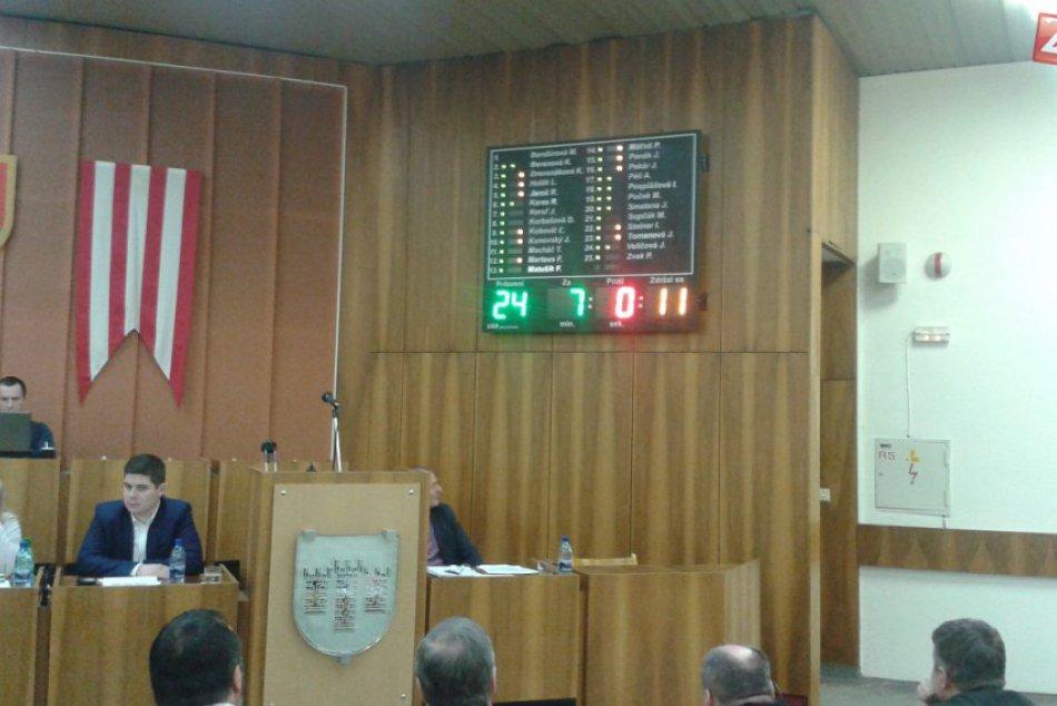 Hlasovanie, či dostane Považskobystričan slovo v zastupiteľstve automaticky