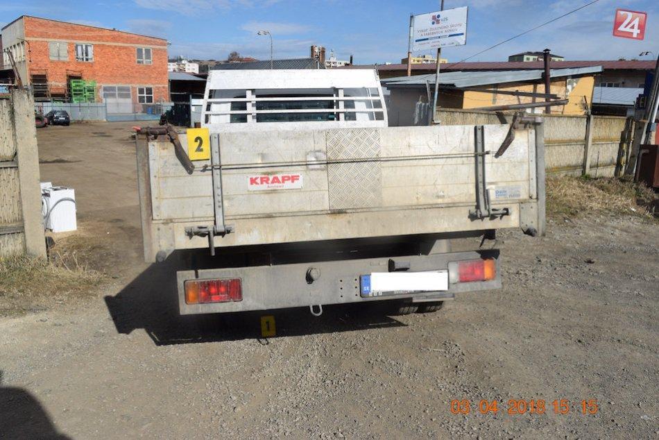 Tragédia pri cúvaní: Pod kolesami nákladného auta zahynul chodec (†61)