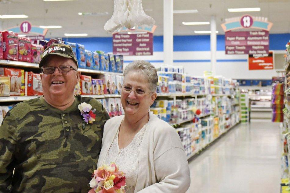 Spoznali sa v supermarkete, manželstvo uzavreli medzi konzervami