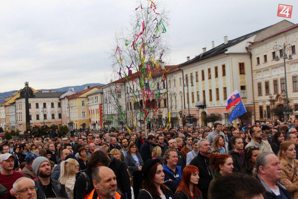 V OBRAZOCH: Ľudia vyšli do ulíc. Protest pritiahol na námestie masu Bystričanov