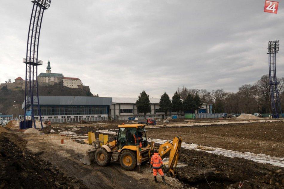 FOTO a VIDEO: Rekonštrukcia futbalového štadióna v Nitre je v polovici