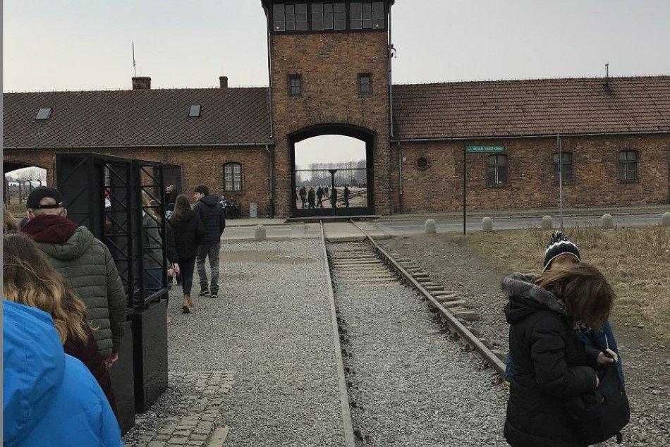 V OBRAZOCH: Bystrickí školáci na návšteve Osvienčimu
