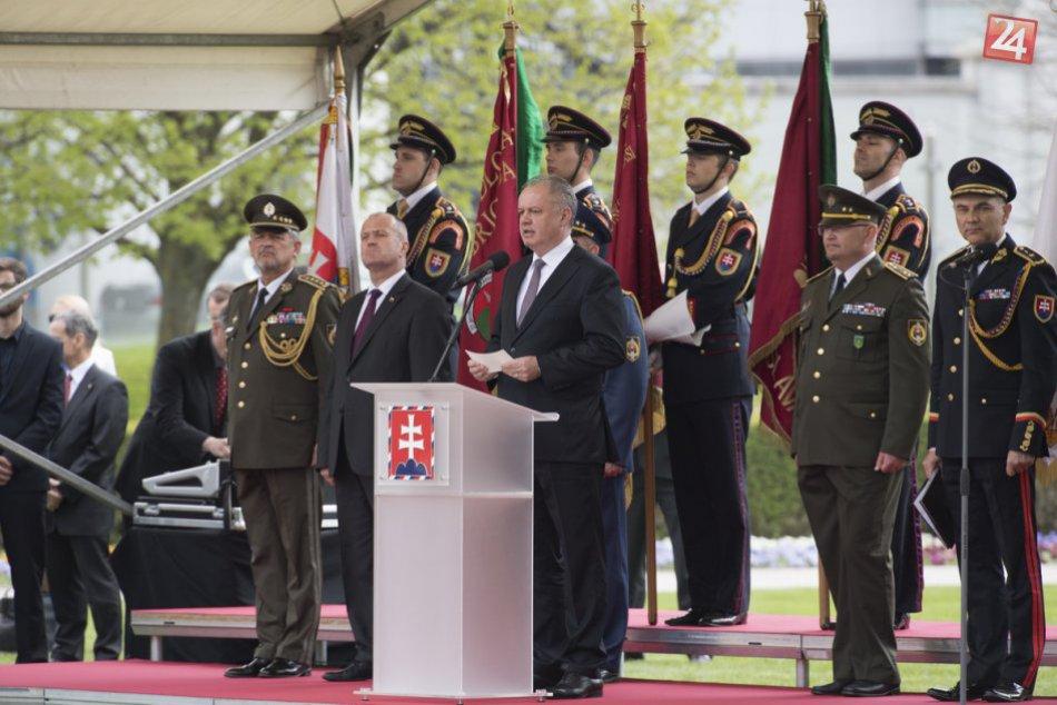 Veľká pocta: Vojenský útvar z Nitry si prevzal bojovú zástavu od prezidenta, FOT