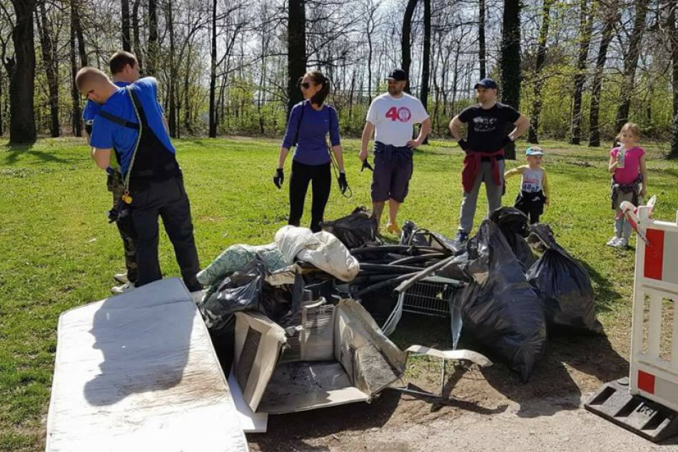 FOTO: Jarné upratovanie Trnavčanov. Do parády zobrali Prednádražie aj záhradu