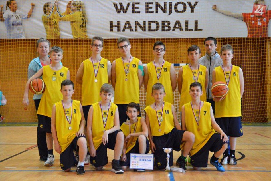 OBRAZOM zo žiackej basketbalovej ligy v Michalovciach