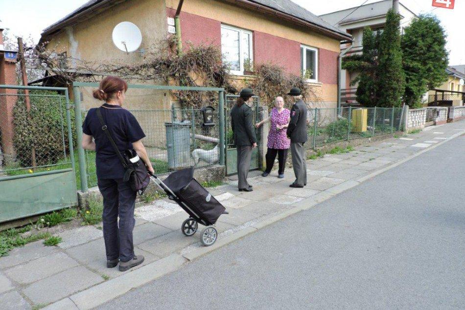 V OBRAZOCH: Polícia s poštou za seniormi