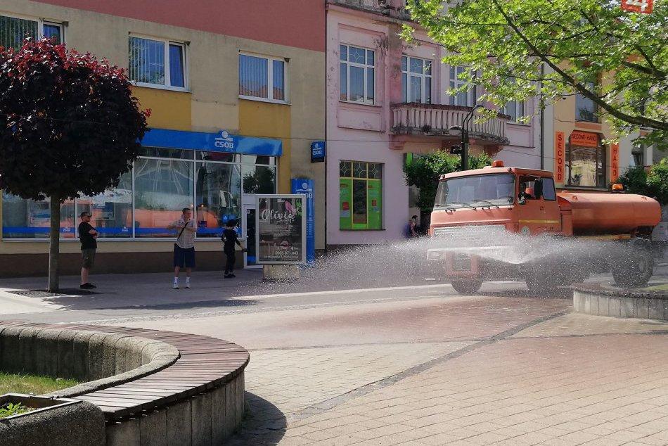 OBRAZOM: Polievacie auto v akcii na michalovskom námestí